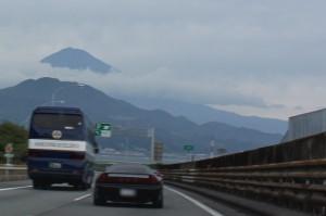 水墨画のような富士山とばんジィ号
