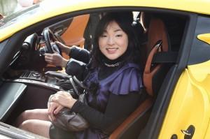 黄色の助手席に乗せてもらって