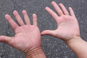 手が汗で。。。って見せたら手の大きさがバレました