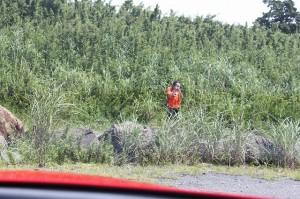 草原の中で撮影する94hamさん