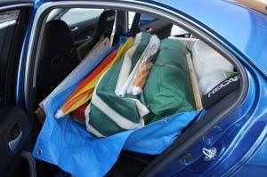 車内を傷つけないように積む工夫が大変です。