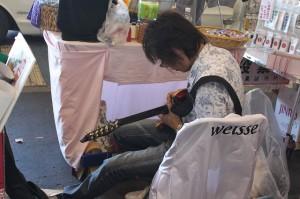 暇なのでギターを弾く人