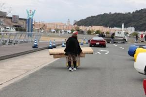 地道に向こうに荷物を運ぶ魔女