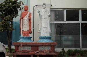この微妙な仏像はいったいwww