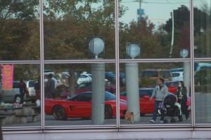 交流センターの鏡にうつってる赤いNSX